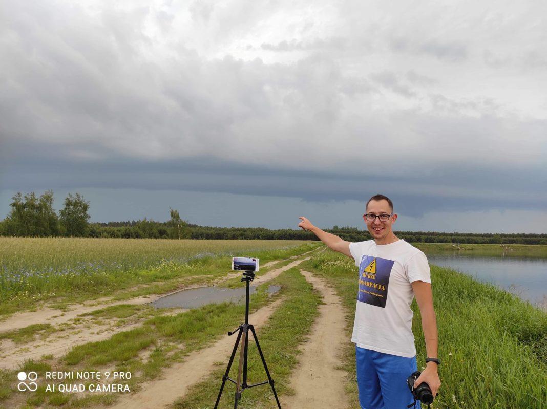 Na zdjęciu Piotr Witek, podczas raportowania na bieżąco, jednej z burz nad Podkarpaciem. fot. fot. materiały Piotra Witka