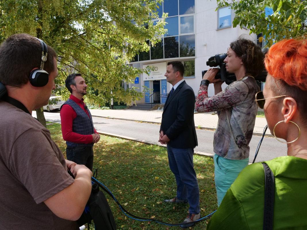 Nagranie programu Stacja Innowacja przed siedzibą PCI. Widoczny Radek Brzózka i Konrad Frontczak, fot. materiały PCI